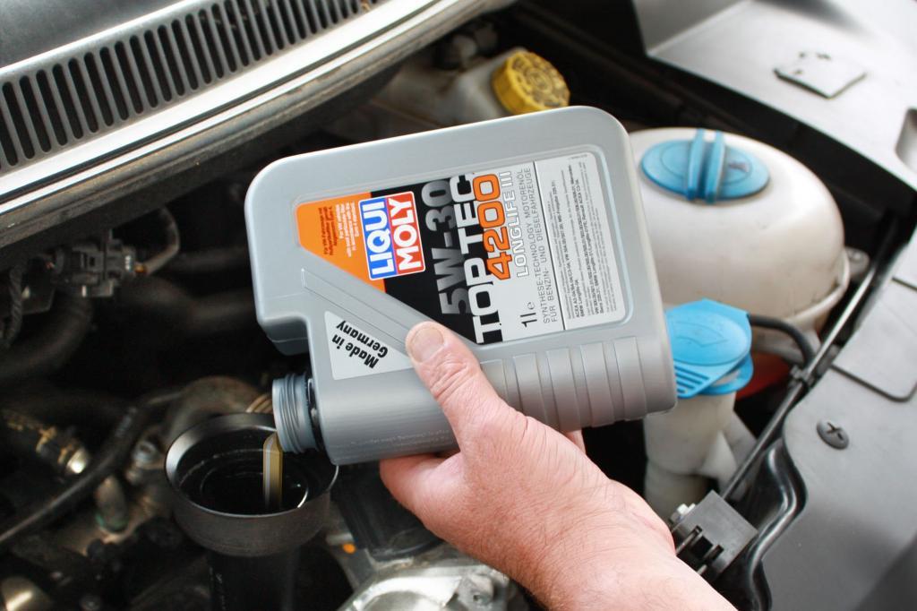 Gerade leistungsstarke Dieselmotoren benötigen zwischen zwei Inspektionen gerne mal einen Extra-Schuss. Dabei ist darauf zu achten, dass es sich um das richtige Öl handelt.