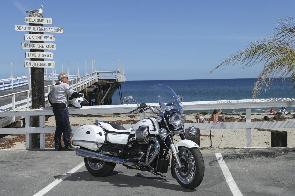 Gleichermaßen gut macht sich die weiße Cali beim Flanieren auf dem Pacific Highway durch Malibu.