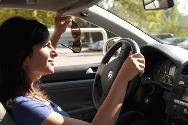 Im Auto - Die Sonnenbrille ist immer gefragt