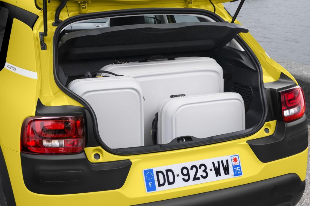 Im Vergleich zu normalen Stadtautos der Klein- und Kleinstwagenklasse bietet dieser Citroen richtig viel Platz, auch hinten und stellt rund 350 Liter Kofferraum zur Verfügung, er ist einigermaßen übersichtlich und hat genügend Ablagen.