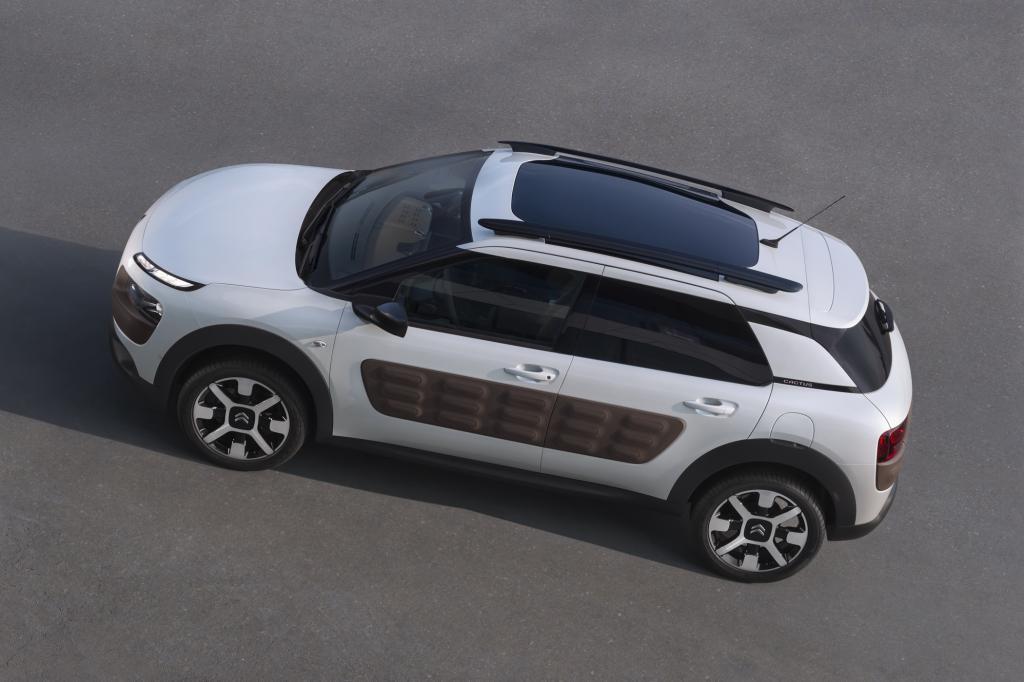 Ja und dann sind da natürlich noch diese sogenannten Airbumps, an Flanken und Schürzen des Fahrzeugs angebrachte, mit Luft gefüllte Plastikplanken.