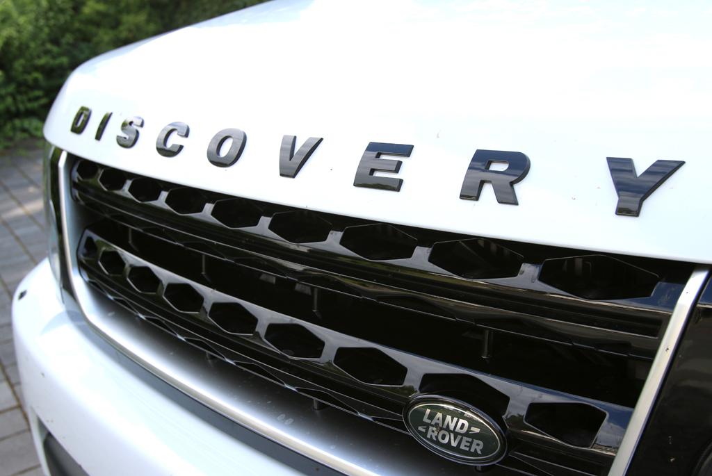 Land Rover Discovery: Das Markenlogo sitzt vorn an der Seite im Kühlergrill.