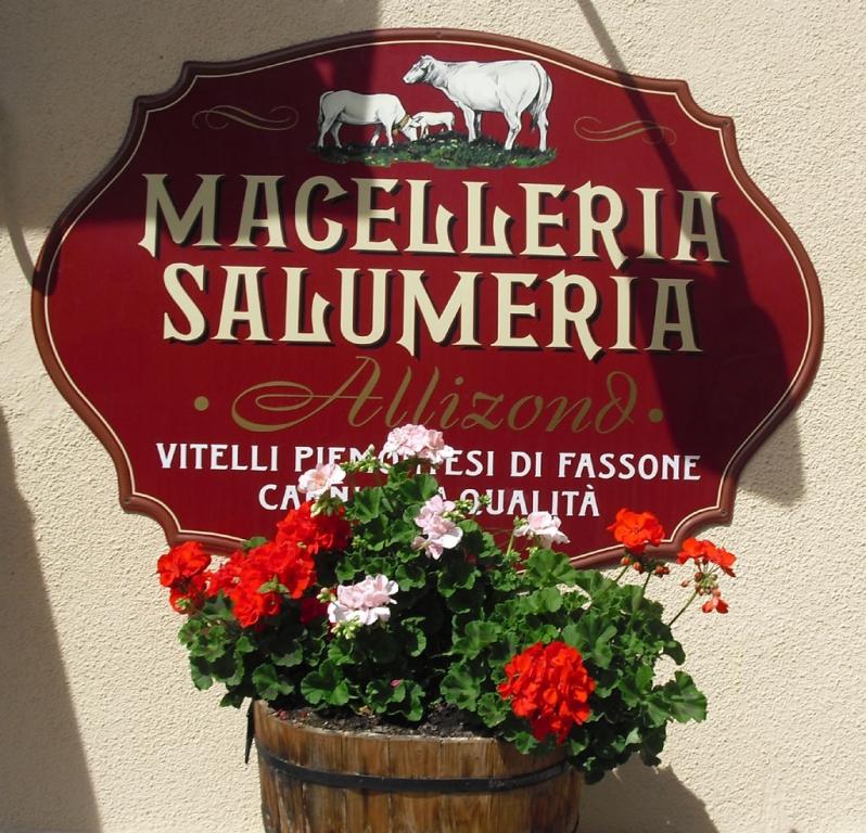 Malerisches Ladenschild in Bardonecchia.