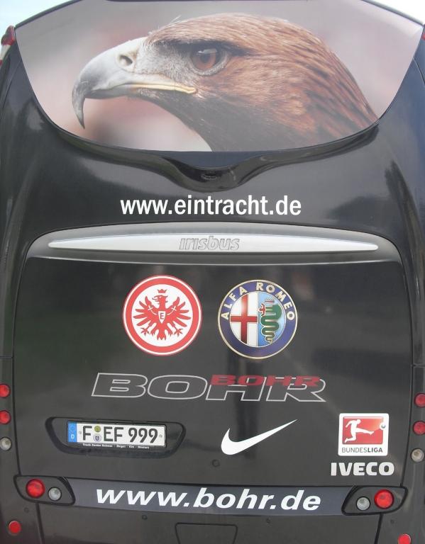 Mit Adler Attila oben auf der Rückseite des Eintracht-Busses.
