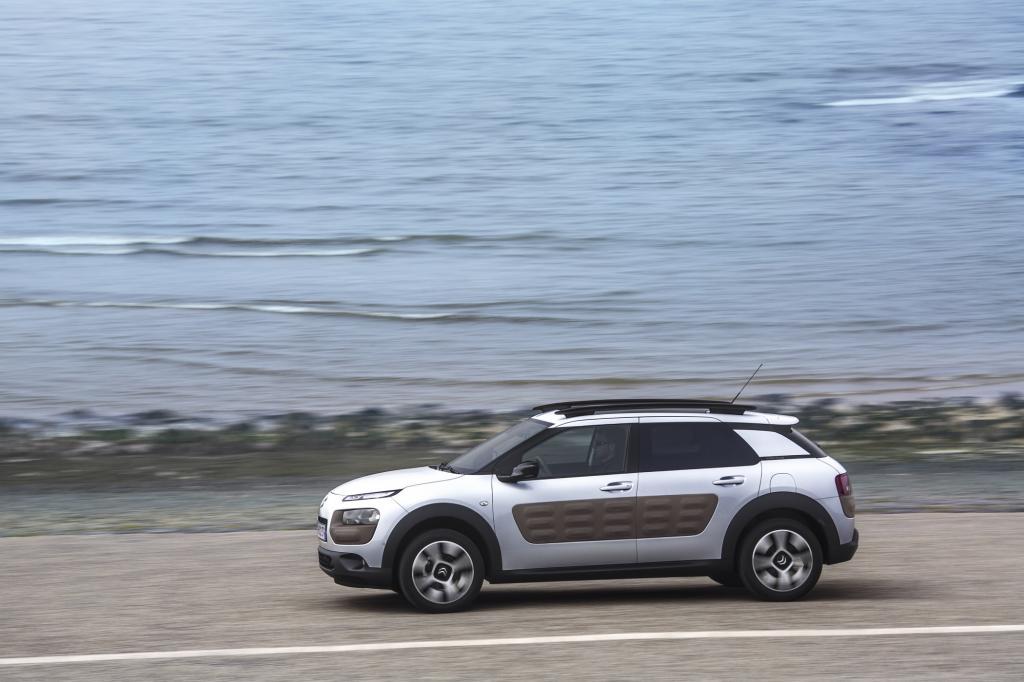 Mit seiner Länge von 4,16 Meter ordnet er sich etwa zwischen einem Polo und einem Golf ein. Er könnte also je nach Sichtweise als kleiner Kompakter oder großer Kleinwagen bezeichnet werden.