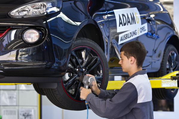 Opel bietet Azubis und Leiharbeitern Festverträge an