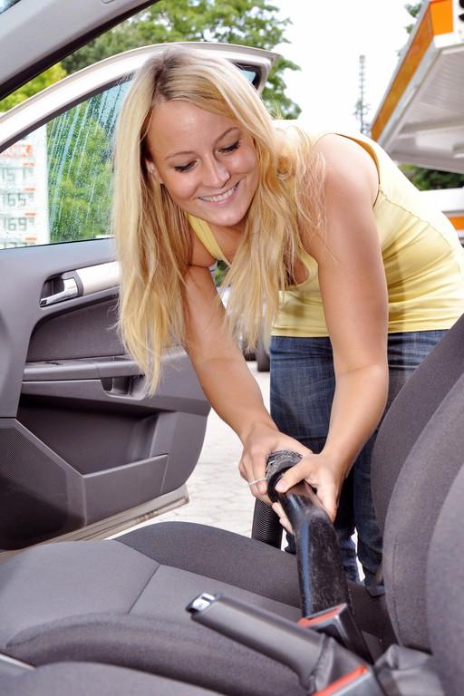 Ratgeber: Auto nach der Urlaubsfahrt entrümpeln, kontrollieren und reinigen