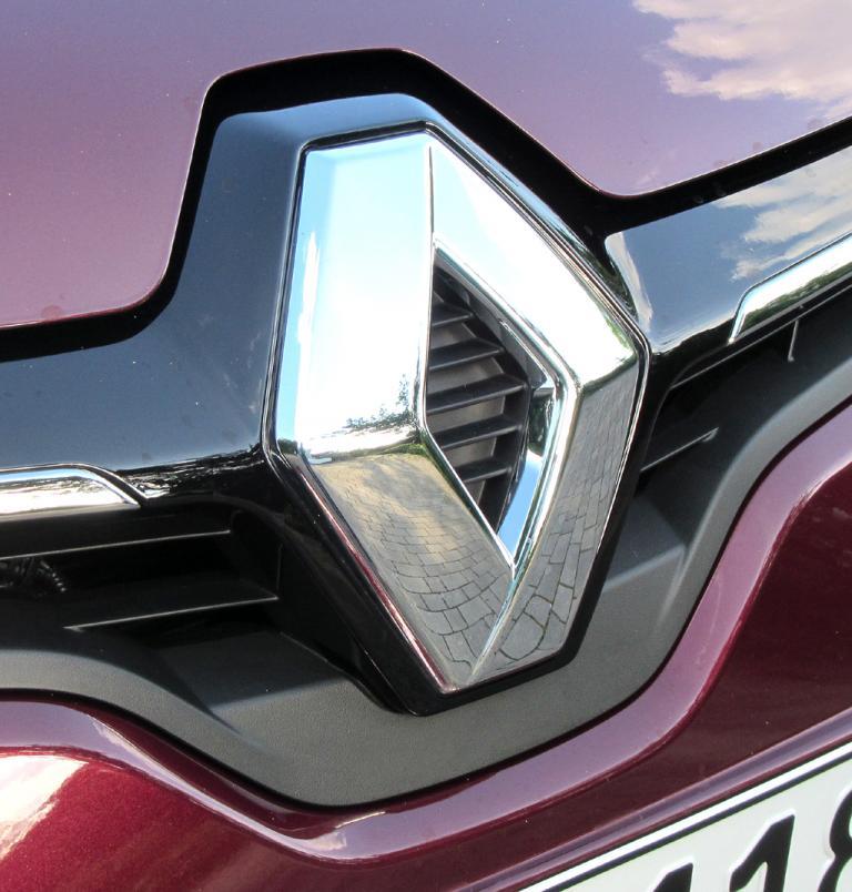 Renault Mégane CC: Das Markenlogo ragt vorn groß in die Motorhaube hinein.