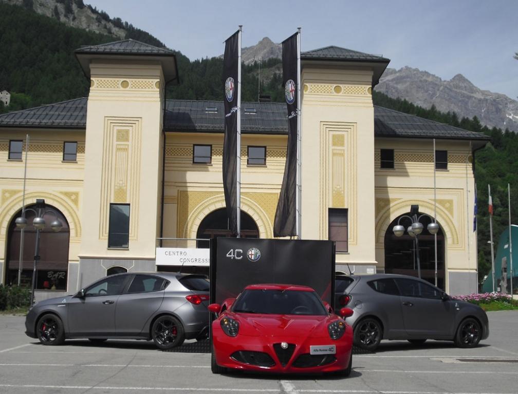 Sportliches Alfa-Trio: 4C, Mito und Giulietta vor dem Palazzo delle Feste.