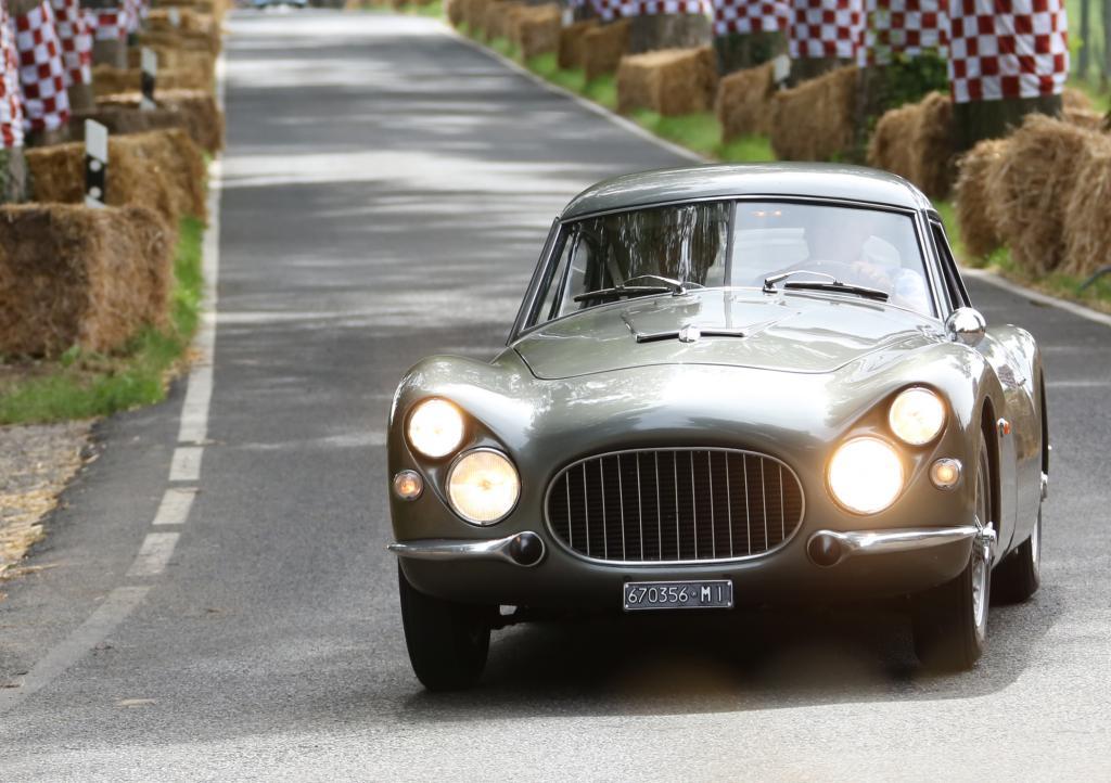 Von 1952 bis 1954 stellte Fiat 114 Exemplare des 8V her. Ein einziges (Foto) hatte eine Karosserie aus Fiberglas