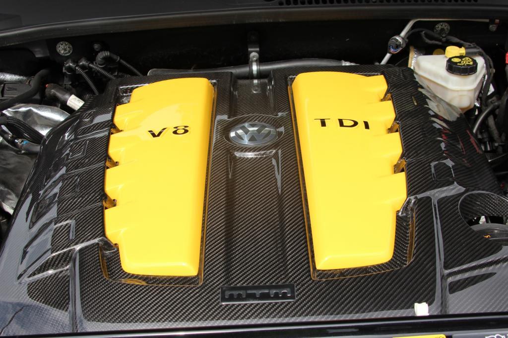 Wo bislang beim 2,0-Liter-TDi mit 180 PS und 400 Nm Schluss war, brüllt unter der hohen Haube jetzt ein gewaltiger V8-Diesel, der schon in der Serie auf 340 PS und 800 Nm kommt.