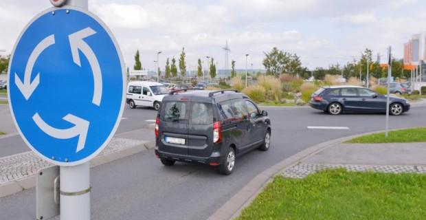 Recht: Vorfahrt im Kreisverkehr - Fahrverhalten dem Kreisel anpassen