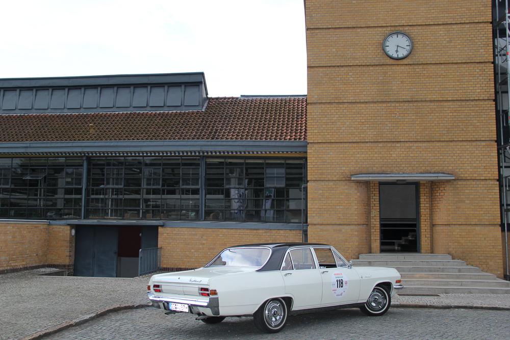 Opel Admiral vor Unesco Welt Kulturerbe