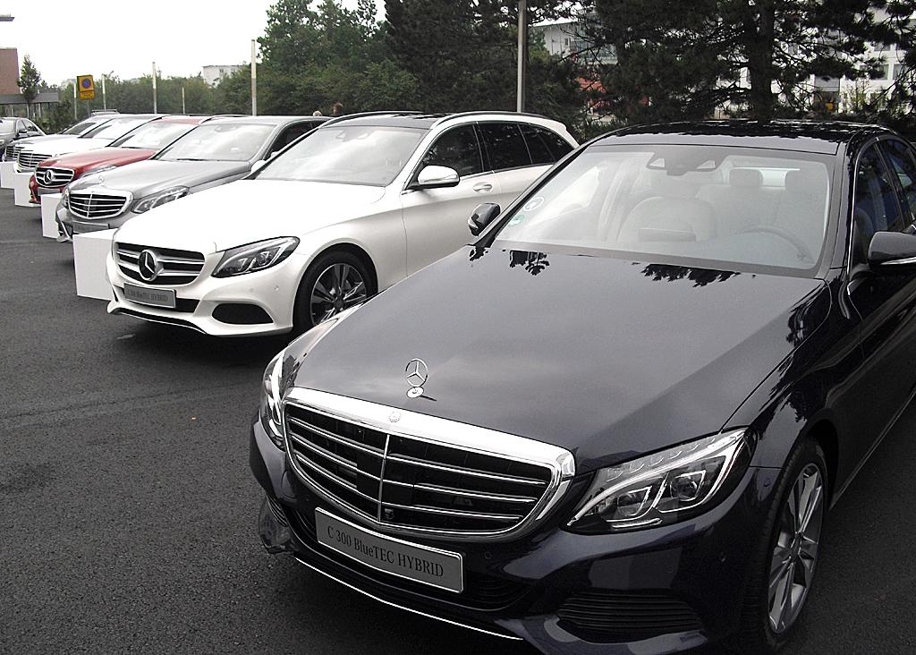Blick auf aktuelle Mercedes-Hybridmodelle von der C- über die E- bis zur S-Klasse.