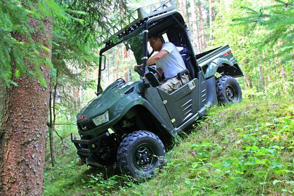 Dank zuschaltbarem Allradantrieb und Bergabfahrhilfe kommt der Kymco auch sicher durch steiles Gelände.