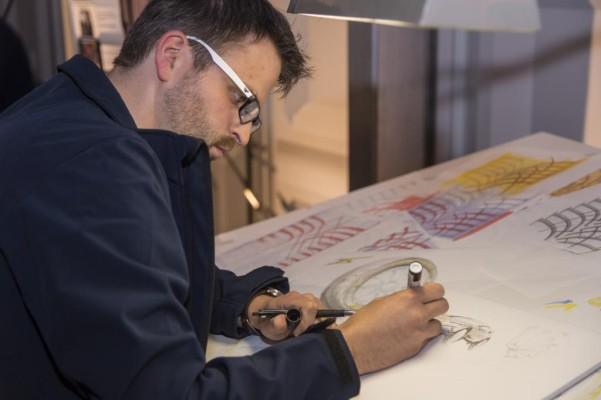 Die Designer bringen zunächst ihre Ideen mittels Stift zu Papier