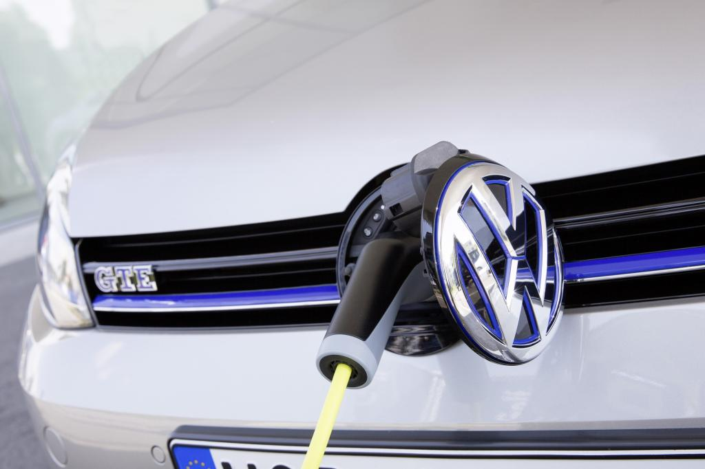 Er koppelt einen 150-PS-Benziner mit einem 105 PS starken E-Motor, kann 50 Kilometer abgasfrei unterwegs sein.