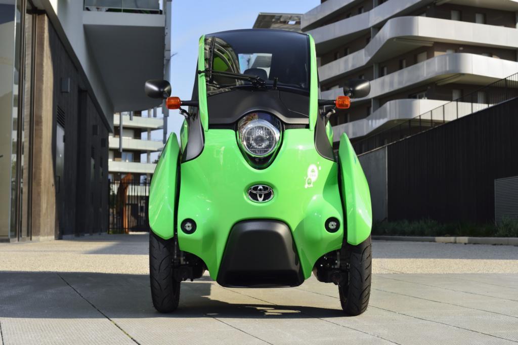 Für den i-Road hat Toyota eine Konstruktion entwickelt, die sich gleichermaßen bei Auto und Motorrad bedient und dazu noch ein paar ganz eigene Ideen umsetzt.