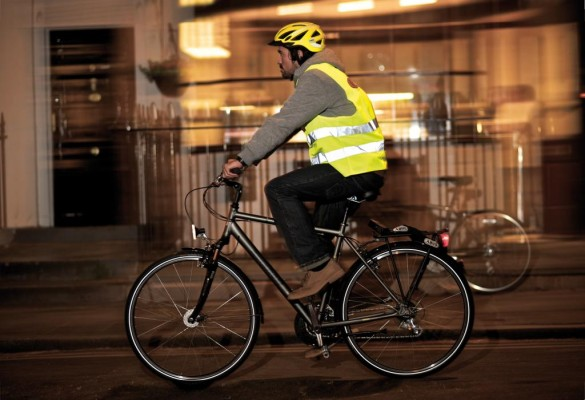 Im Herbst verschlechtern sich die Bedingungen für Radfahrer. Unter anderem wird es früher dunkel. Dass Radler dann noch die Straße sehen ist nicht unwichtig. Wichtiger ist aber, dass sie selbst gesehen werden
