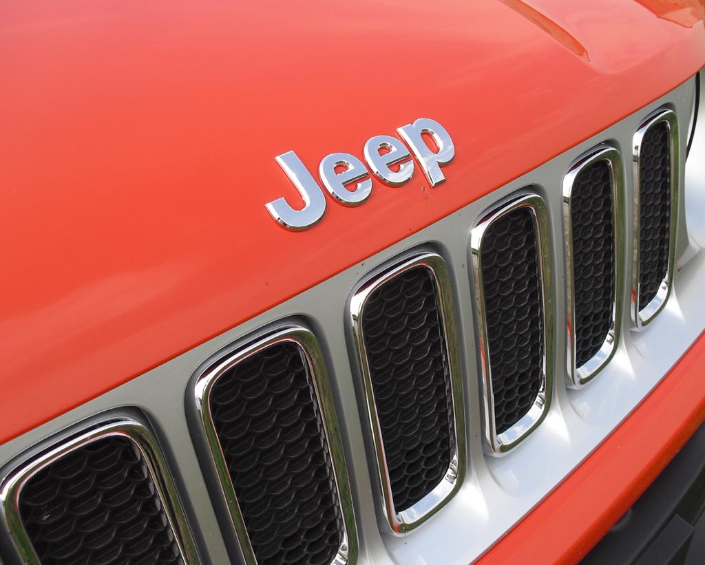 Jeep Renegade: Der Kühlergrill mit den sieben Schlitzen ist typisch für die Marke.