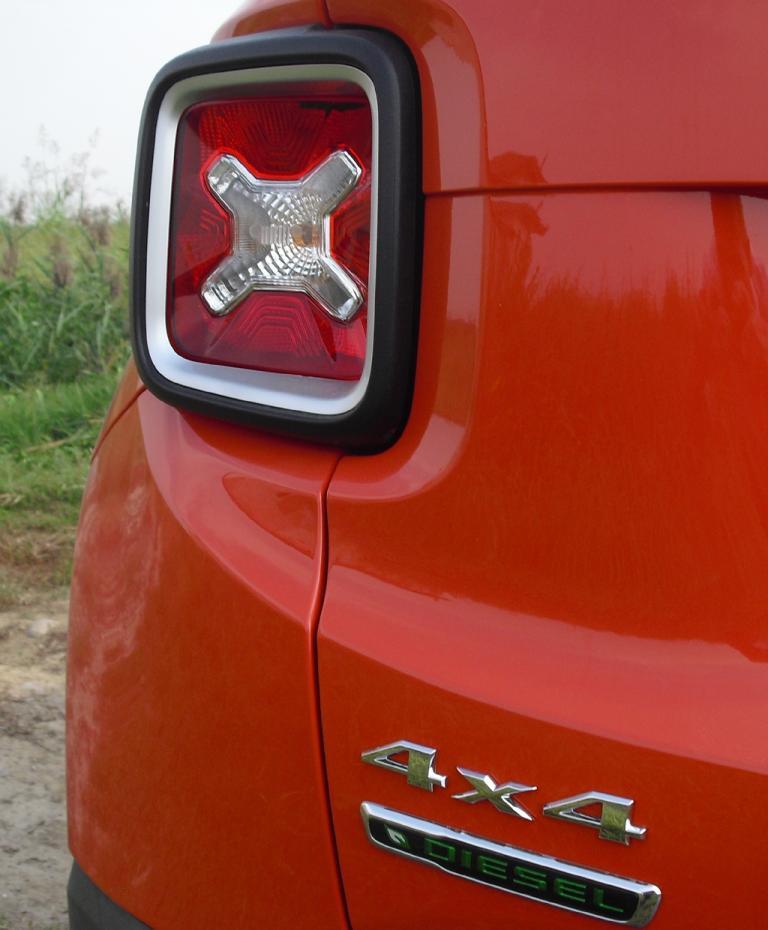 Jeep Renegade: X-Leuchte am Heck mit Antriebskennzeichnung.
