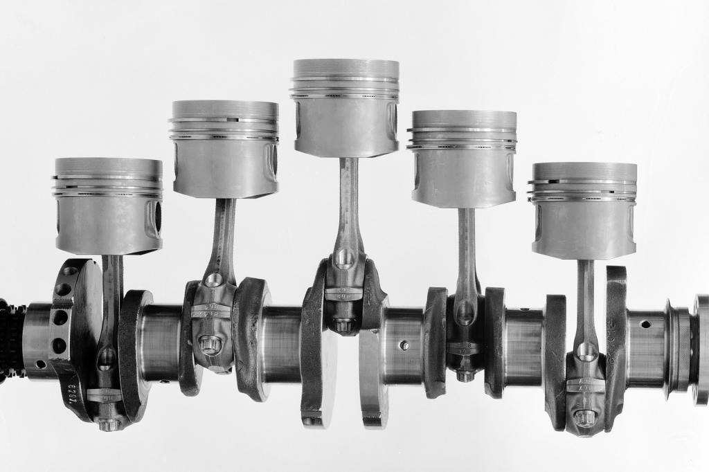 Kurbelwelle mit fünf Zylindern in einer Reise aus Mercedes Benz 240 D 3.0