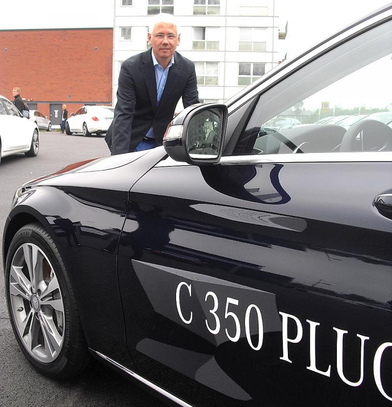 Mercedes-Produktstratege und -planer Johannes Reifenrath am C350 Plug-in-Hybrid.