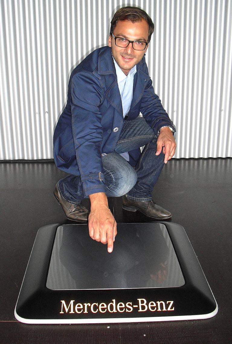Mercedes-Spezialist Timo Baumer an einer künftigen Ladeeinheit für kabelloses Laden.