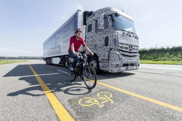 Mercedes hat einen Totwinkel-Warner für Lkw entwickelt