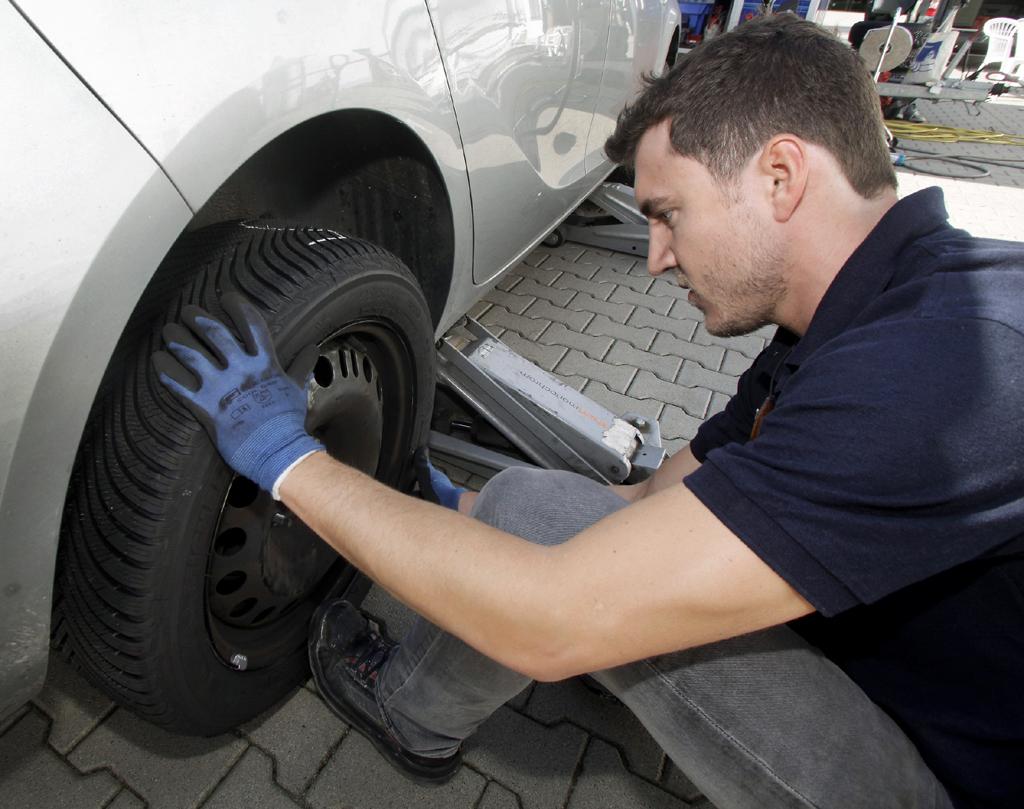 Michelin-Mitarbeiter Benjamin Banitz weiß, wie es geht: Auch ein richtiger Reifenwechsel will gelernt sein.