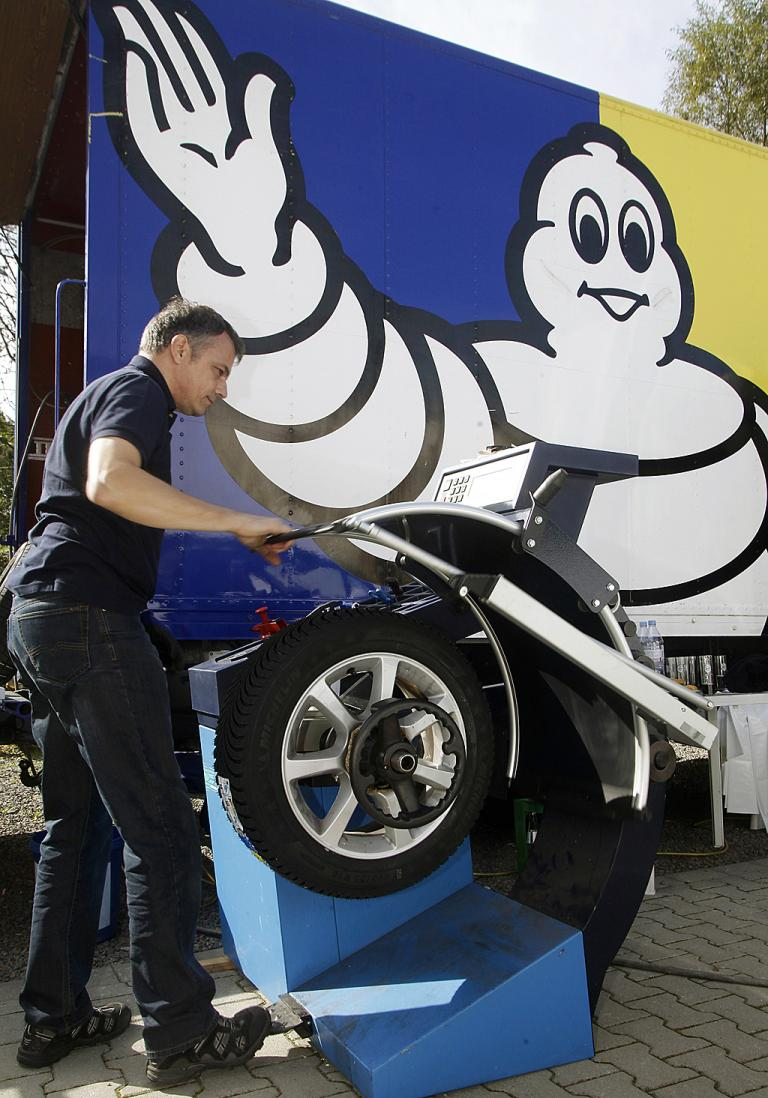 Michelin-Mitarbeiter Matthias Meyer demonstriert, wie Reifen vor dem Aufziehen richtig vorbereitet werden.