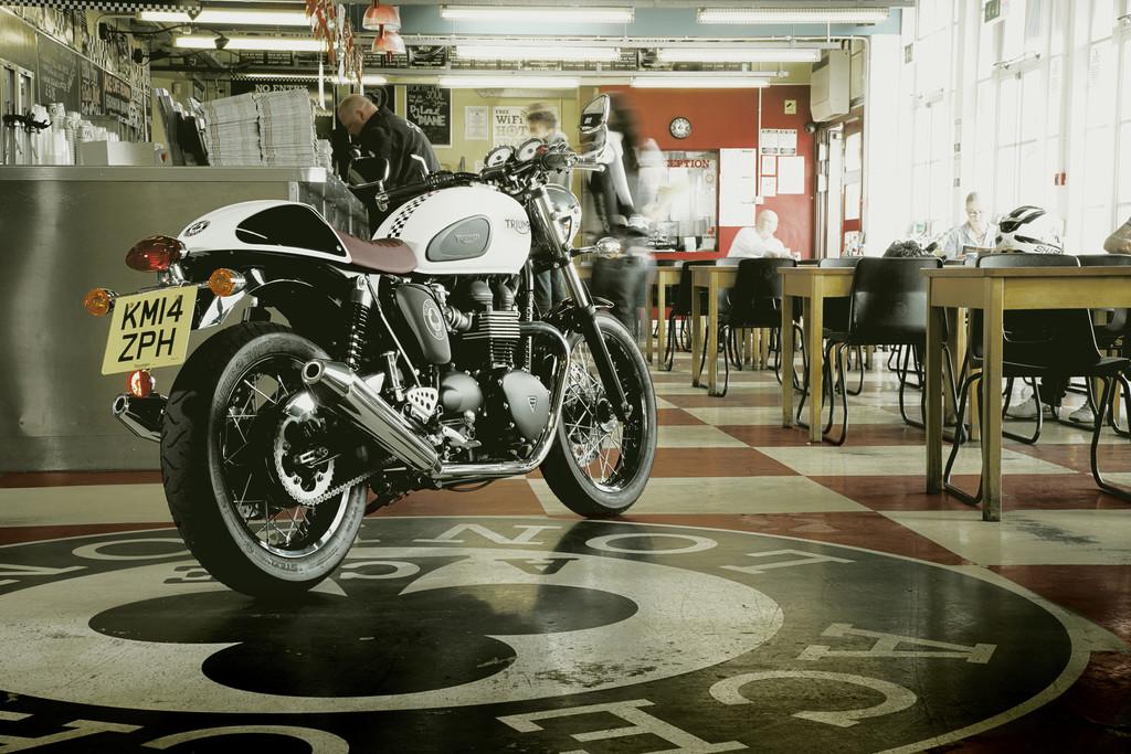 Triumph verneigt sich vor dem Ace Café