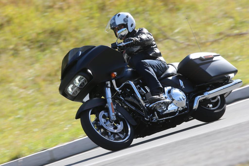 Trotz des immensen Gewichtes ist es für halbwegs geübte Motorradfahrer keine Kunst, die neue Harley-Davidson Road Glide Special zum Fahren zu bewegen
