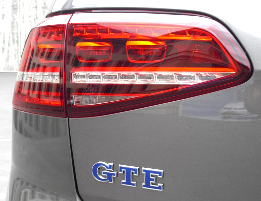 VW Golf GTE: Moderne Leuchteinheit hinten mit Modellkürzel.