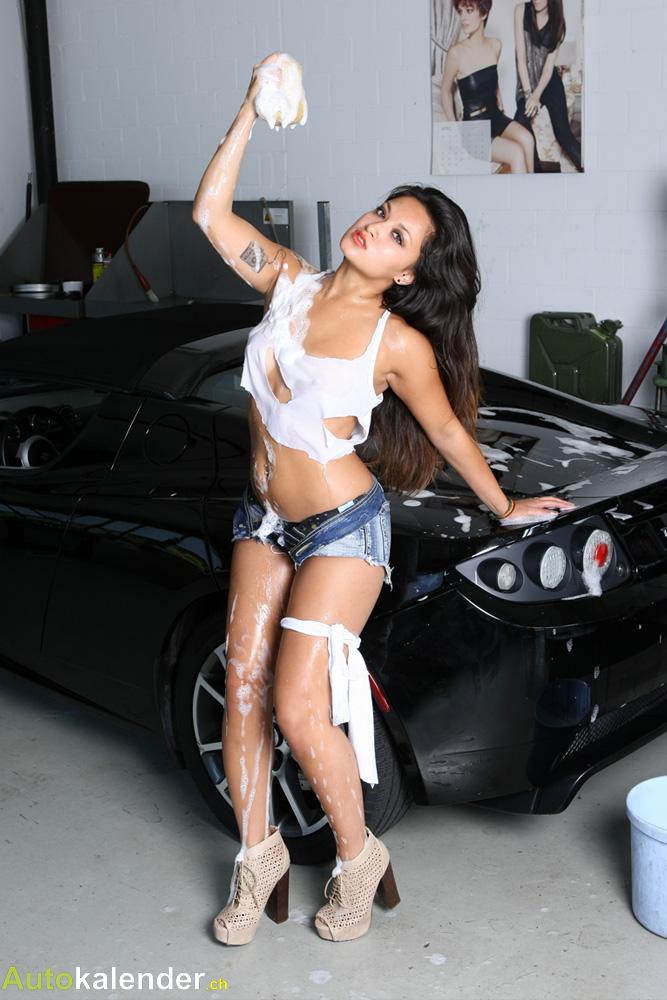 Wenn es beim Auto waschen richtig heiss wird! An schwülen Sommertagen wird nicht nur der Tesla mit kaltem Wasser abgespritzt.