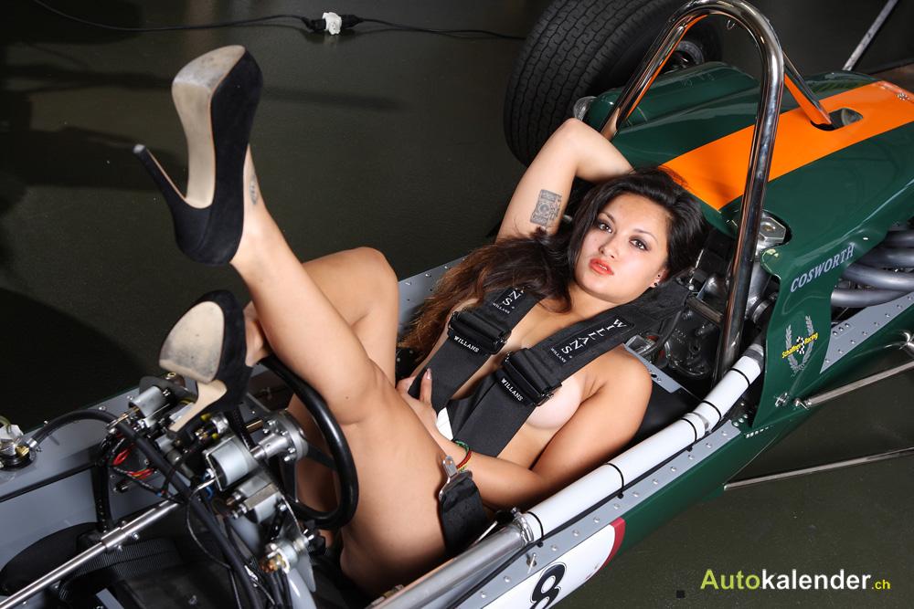 Bei zu vielen Überstunden übernachtet die fleißige Mechanikerin auch manchmal gleich in der Werkstatt.