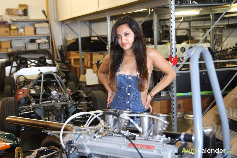 Frisch aus der Lehre legt die neue Mechanikerin Hand an einen Cossworth-Motor.