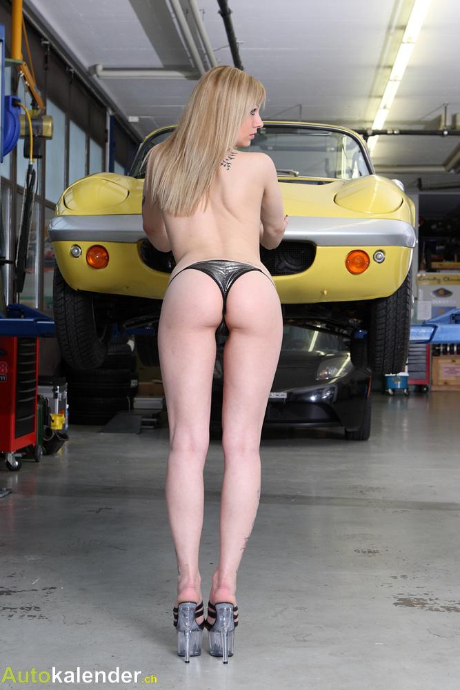 An der Hebebühne wird geprüft, ob das Fahrgestell in Ordnung ist.