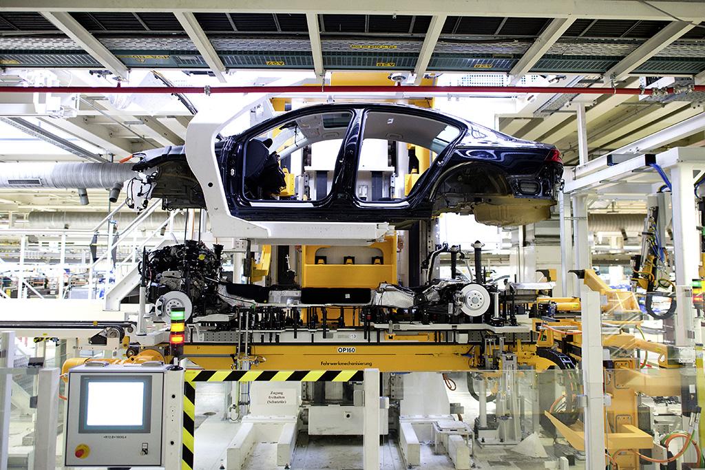 Zwar setzen die Roboter keine Seitenteile der Limousine an ein Variant Modell, doch waren die Mängel in den Schweißpunkten so gravierend, dass Volkswagen sich im Rahmen der Qualitätskontrolle dazu genötigt sah, die Notbremse zu ziehen.