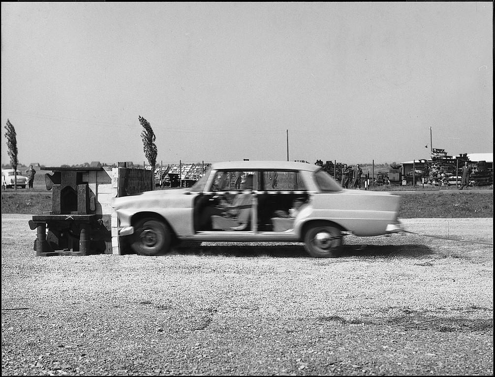 Mit dem Frontalaufprall eines Fahrzeugs der Baureihe W 111 begannen am 10. September 1959 die Crashtests von Mercedes Benz. Es ist das erste Automobil der Welt mit gestaltfester Fahrgastzelle und Knautschzonen an Front und Heck.