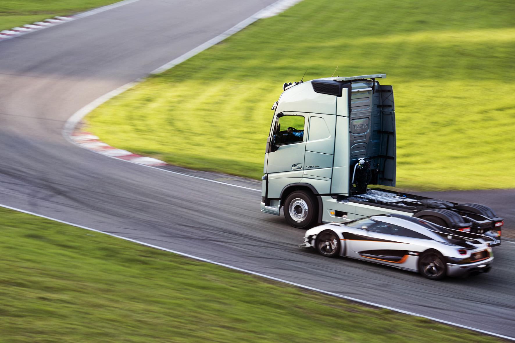 Wettrennen: Truck gegen Sportwagen