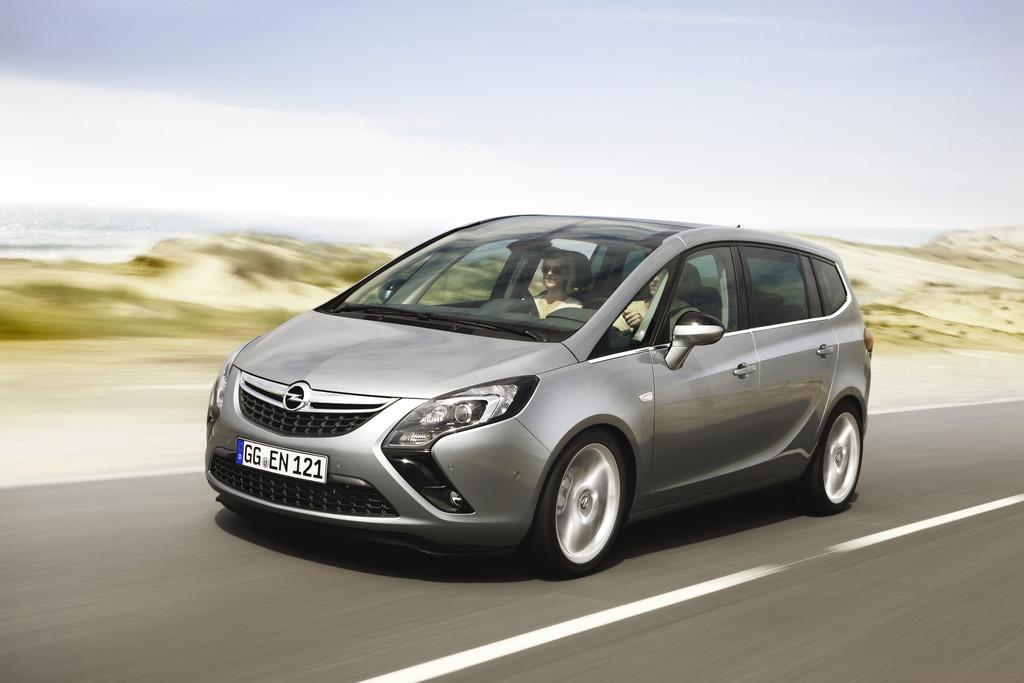 Opel spendet zwei Zafira Tourer für Projektarbeit in Bochum