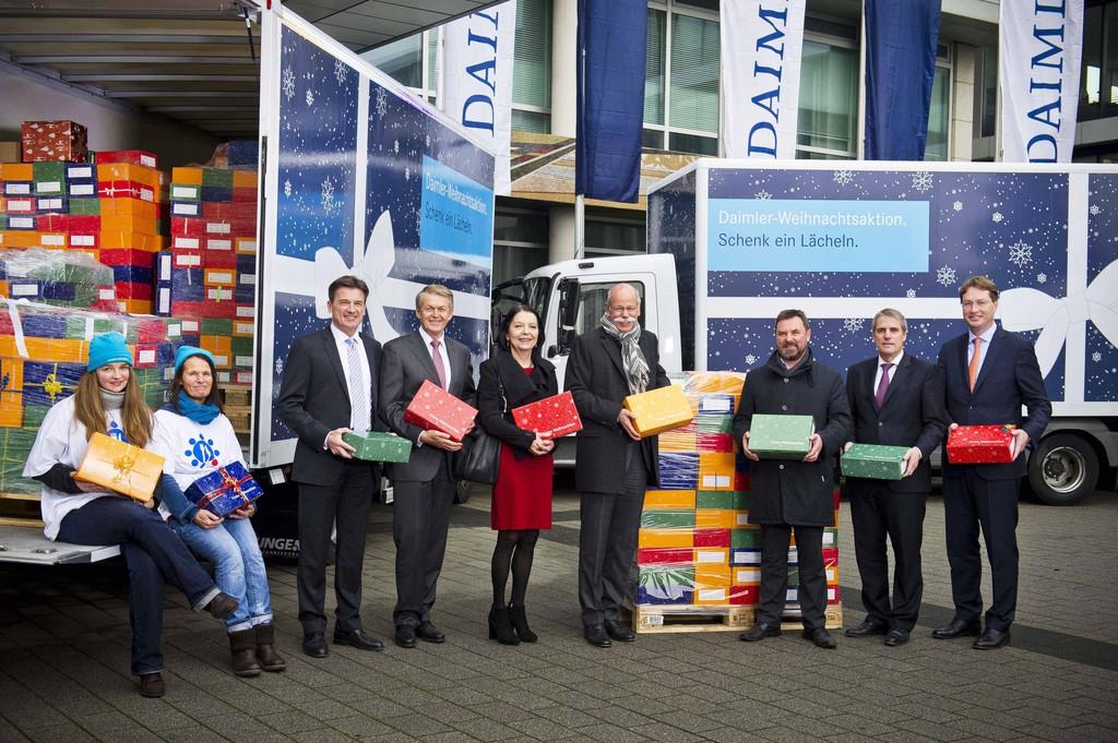 Daimler-Mitarbeiter packen Weihnachtsgeschenke für Kinder