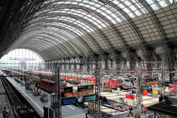 Düsseldorf - Bleiben die Züge wegen eines Streiks im Bahnhof stehen, gibt es laut einer Studie im Straßenverkehr mehr Unfälle.