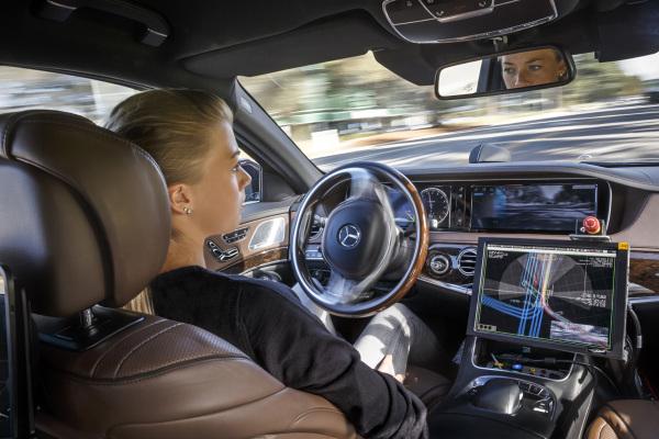 Daimler-Boss glaubt an elektrische Roboter-Autos