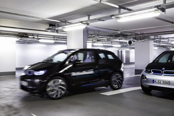 Düsseldorf - Wie von Geisterhand gesteuert findet dieser BMW i3 die Parklücke. Ein