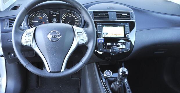 Das Cockpit des Nissan Pulsar ist ebenfalls nicht sonderlich spannend, dafür umso übersichtlicher und einfach zu bedienen. Alle Bereiche die potenziell angefasst werden fühlen sich sehr wertig an. Mit ein paar teuer aussehenden Chromapplikationen, womit etwa VW das Golf-Interieur optisch aufwertet, hätten jedoch gut getan.