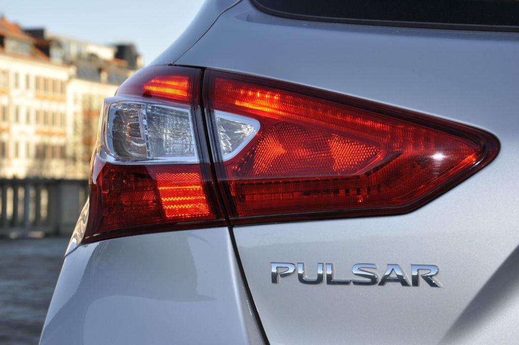 Ein Dynamiker ist der Nissan Pulsar mit 110 Diesel-PS trotz 260 Nm Drehmoment nicht unbedingt. Die Lenkung wirkt leicht synthetisch, das Fahrwerk ist eher auf Komfort ausgelegt. Dafür ist er dank erwähnt gutem Geradeauslauf ein sehr angenehmer Reisebegleiter.