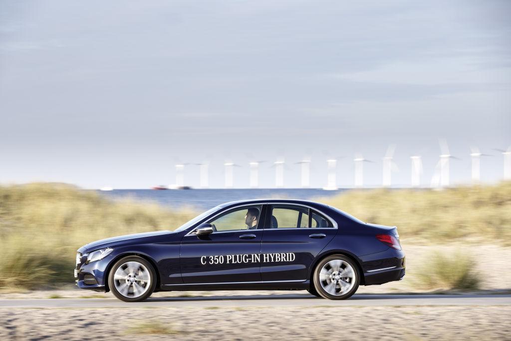 Doch auch mit leerer Batterie genehmigt sich der C 350 e nur 4,9 Liter. Der Alltag dürfte irgendwo dazwischen liegen. Zur guten Effizienz trägt auch die Rekuperation bei. So nennen Fachleute die Energierückgewinnung in Schubbetrieb und beim Bremsen.