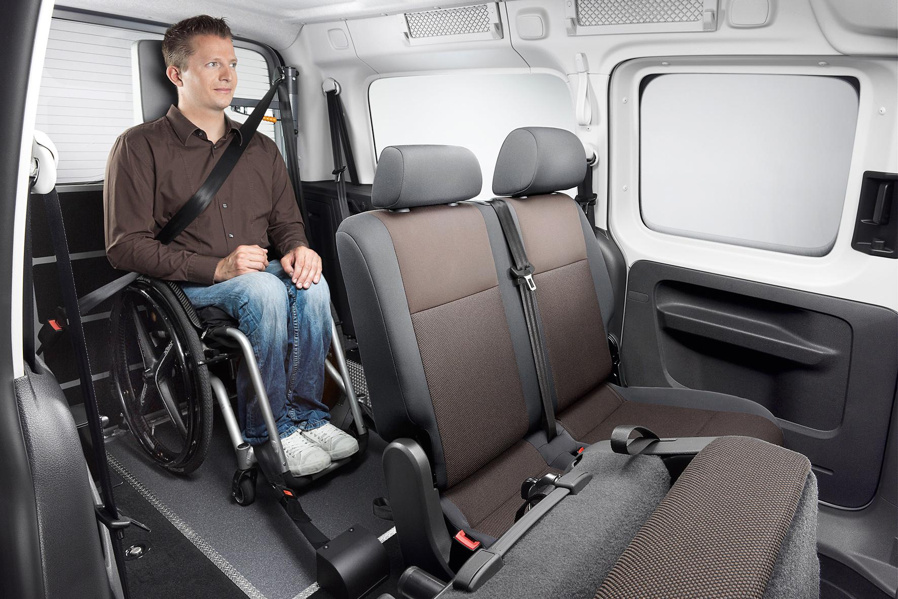 Altenpflege 2015: Mit dem Rollstuhl in den VW Caddy